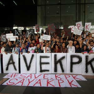 Indonesians protest proposed measures to weaken the the corruption eradication commission by parliament. (Source: Reuters.)