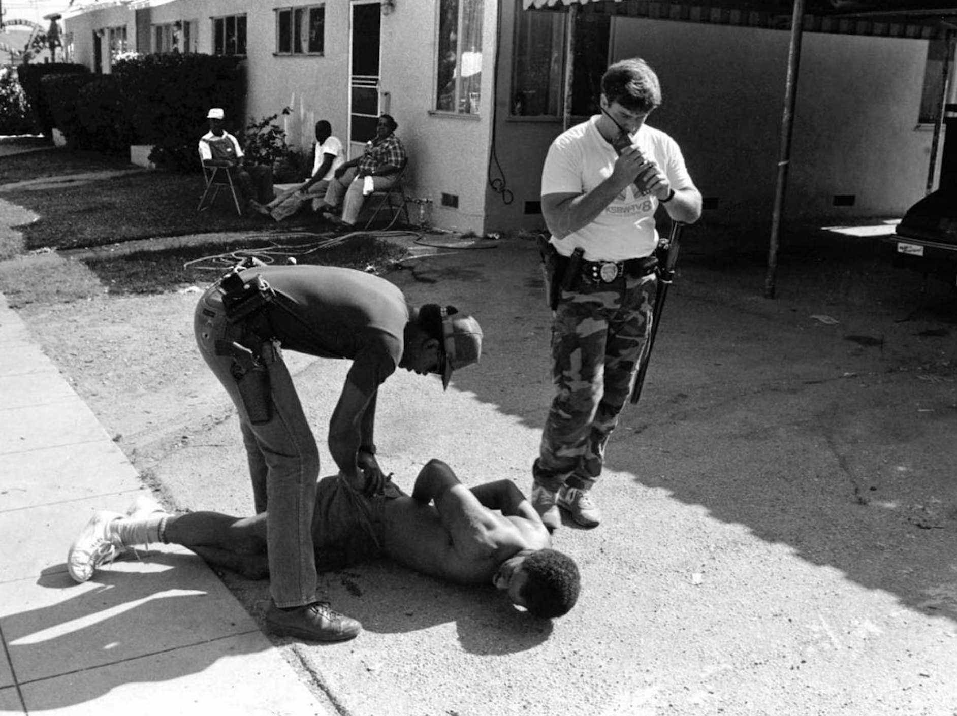 Two Pasadena police officers arrest a man suspected of selling crack-cocaine in mid 1980s Los Angeles. Source: Business Insider, William Karl Valentine