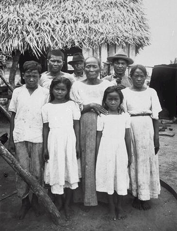 A group of Chamorro people in 1915. Source: Wikimedia Commons