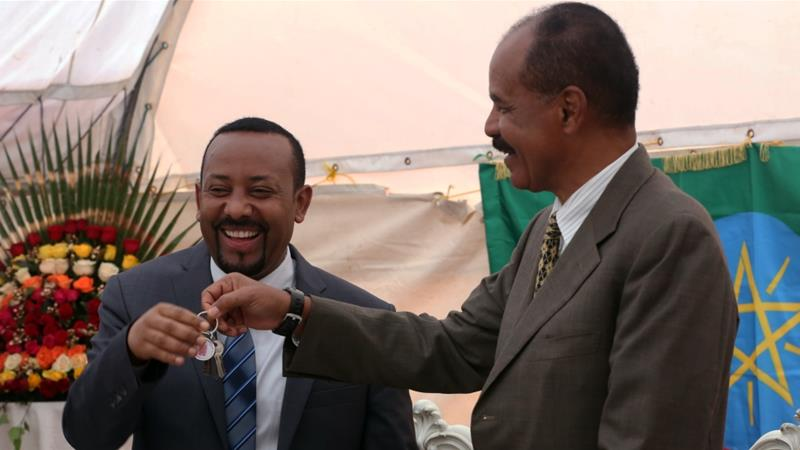 Afwerki and Ahmed trading keychains after signing declarations to end their war. Source: Minasse Wondimu Hailu/Anadolu